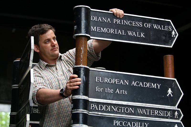Биллингсхерст, Англия, 14 мая. Власти Лондона решили обновить указатели улиц и продать более 360 старых указателей на торгах аукционного дома «Summers Place» в рамках кампании «Понятный Лондон». Фото: Jordan Mansfield/Getty Images