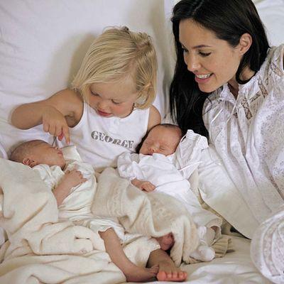 Близнецы Анджелины Джоли и Брэда Питта. Фото с kino.ukr.net