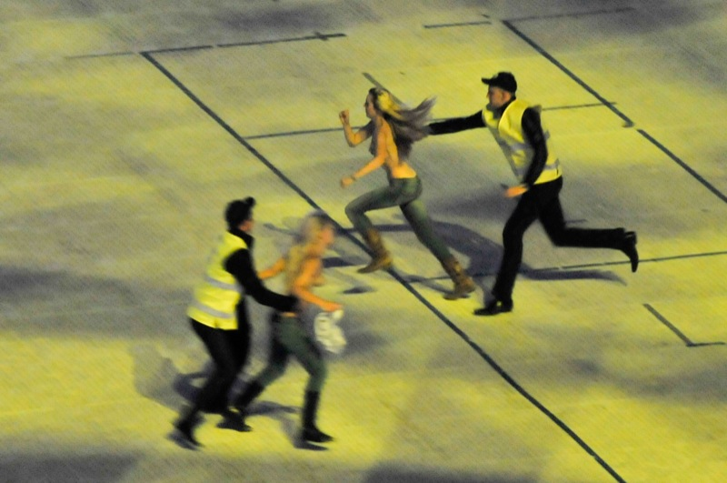 На поле вибігли три дівчини з організації Femen, оголені по пояс. Спочатку мало хто помітив дівчат, проте, коли за ними почали бігати стюарди, трибуни впізнали знаменитих борців за «Євро-2012 без проституції». Фото: Володимир Бородін