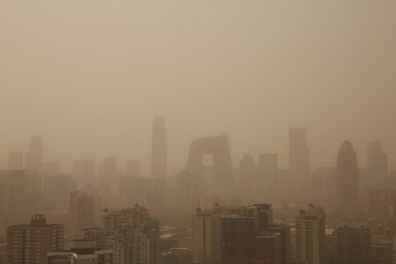 Пекін, Китай, 28 лютого. Перша піщана буря цього року накрила столицю. Фото: Feng Li/Getty Images