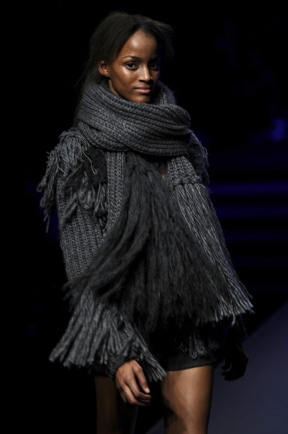 Модные шарфы — изюминка в наряде. Фото: FILIPPO MONTEFORTE/AFP/Getty Images