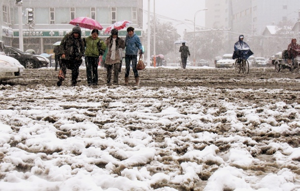 Сильний снігопад пройшов в провінції Хебей. Фото: STR / AFP / Getty Images