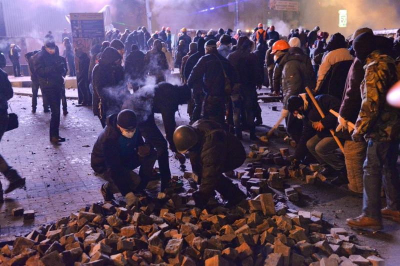 Столкновение между силовиками и протестующими возле стадиона «Динамо», 19 января 2014 г. Фото: Велика Епоха