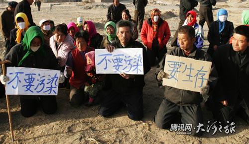 На коленях они просят власти: «Не хотим дышать грязным воздухом, хотим нормальных условий для жизни». Фото с epochtimes.com