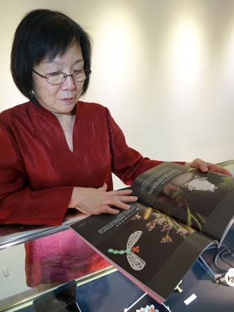 Майстриня Ван Пейнань і деякі з її робіт — ювелірних виробів з нефриту. Фото: Ван Пейнань