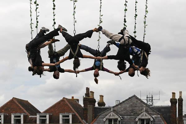 Воздушные танцоры из Voloa проводят генеральную репетицию перед своим выступлением на премьере Международного фестиваля искусств 20 мая 2011 года в Солсбери, Англия. Фото: Matt Cardy/Getty Images