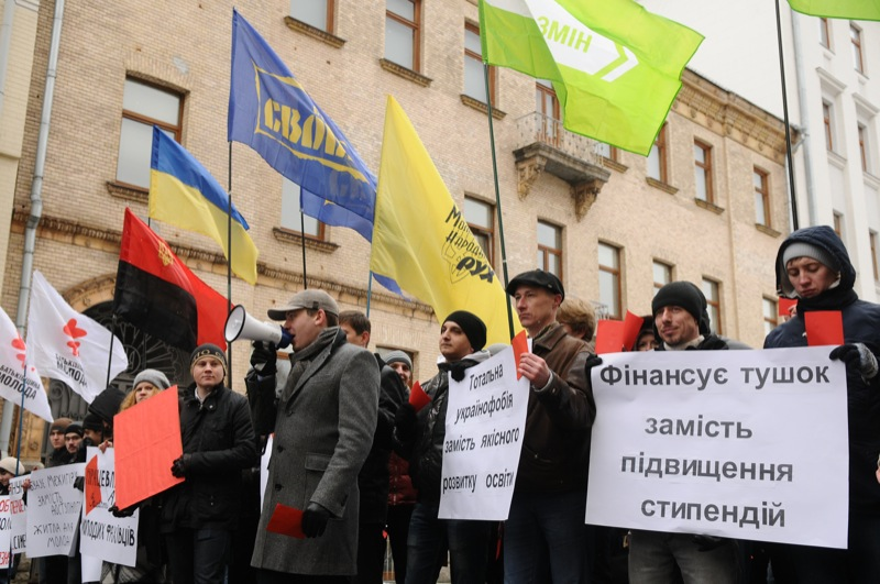 Акция с критикой Виктора Януковича, посвященная итогам его 2-летнего правления, состоялась возле Администрации президента 27 февраля 2012 года. Фото: Владимир Бородин/The Epoch Times Украина