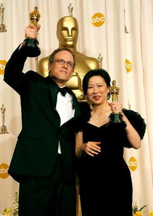 Томас Леннон (Thomas Lennon; слева) и Руби Янг (Ruby Yang; справа) . Обладателем премии Оскар-2007 в номинации Лучший документальный фильм была названа китайская картина Кровь квартала Инчжоу. Фото: Vince Bucci/Getty Images