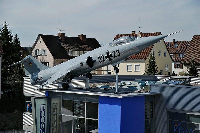 Штутгарт, Німеччина, 15 квітня. Власник фірми, що виробляє зварювальне обладнання, встановив на даху будівлі списаний винищувач F-104 «Старфайтер». Фото: Thomas Niedermueller/Getty Images