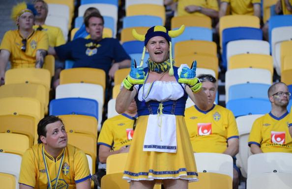 Шведський вболівальник в жіночому одязі перед матчем Україна — Швеція 11 червня 2012 року на Олімпійському стадіоні в Києві. Фото: Damien MEYER/AFP/GettyImages