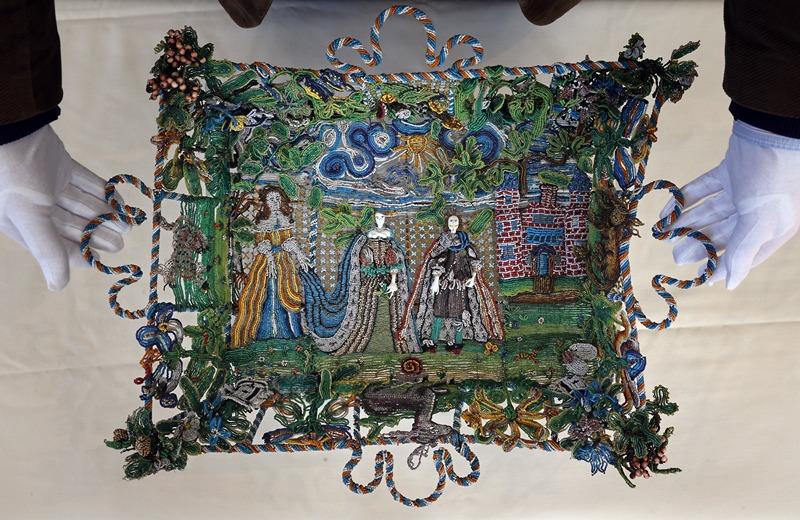 Бат, западная Англия, 23 апреля. Музей Холберна намерен приобрести для постоянной экспозиции уникальную сумку середины 17 века, изготовленную из нескольких тысяч разноцветных бусин. Фото: Matt Cardy/Getty Images