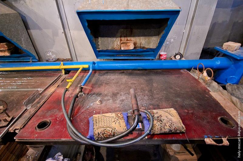 Рабочее место стеклодува: газовая горелка, спички, подушечки для рук и вытяжка. Фото: holy-mozart.livejournal.com