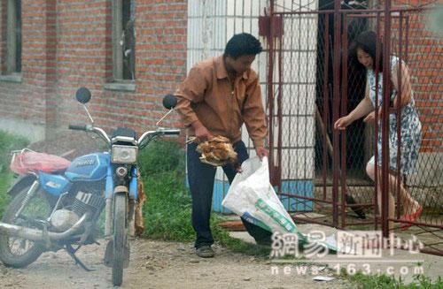Покупая за 1 у. е. (в китайских юанях) дохлого цыплёнка, предприниматель продает ее после обработки за 9 у. е.