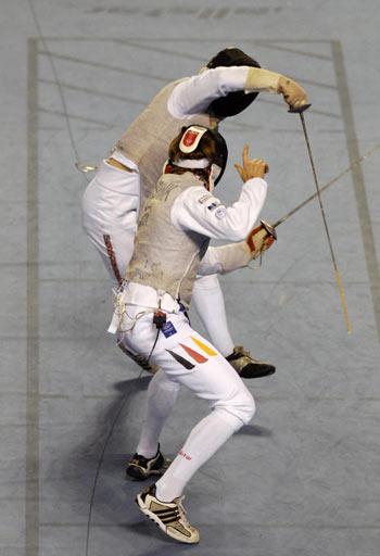 Гент. Бельгия. Чемпионат Европы по Фехтованию. Англичанин Keith Cook (справа) фехтует с немцем Benjamin Kleibrink (слева). Фото: DIRK WAEM/AFP/Getty Images
