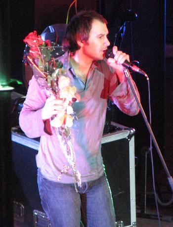 Маленькая поклонница подарила Святославу розы и маленького мышонка. Фото: Юлия Ламаалем/Великая Эпоха