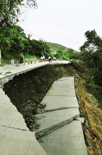 Участок дороги длинной 20 метров обвалился в городе Фучжоу провинции Фуцзянь. Май 2010 год. Фото с aboluowang.com