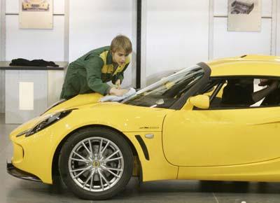 Підготовка до виставки нової моделі автомобіля Лотос (Lotus). Фото: Mark Renders/Getty Images