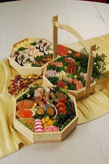 Традиционное японское новогоднее блюдо «Тяжёлая корзина». Салат из 18 компонентов (овощей и мяса). Фото с epochtimes.com