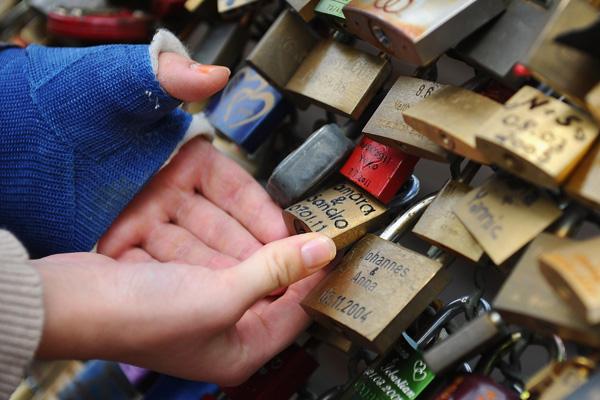 Замочки як символи кохання на перилах мосту в Кельні. Фото: Dennis Grombkowski/Getty Images