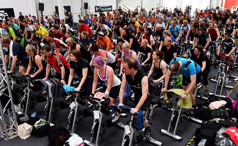 Кёльн, Германия, 14 апреля. Участники международной ярмарки-выставки товаров для фитнесса и здоровья «FIBO 2013» устроили акцию поддержки на велотренажёрах. Фото: Lars Baron/Bongarts/Getty Images