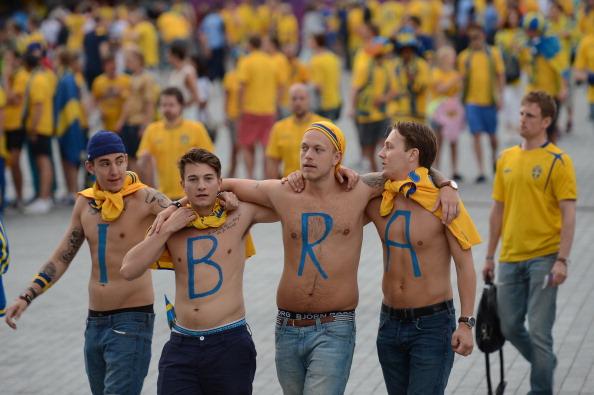 Шведские болельщики написали на своем торсе прозвище «Ibra», в честь футболиста Златана Ибрагимовича перед матчем Швеции против Англии 15 июня 2012 года в Киеве. Фото: Jonathan NACKSTRAND/AFP/GettyImages