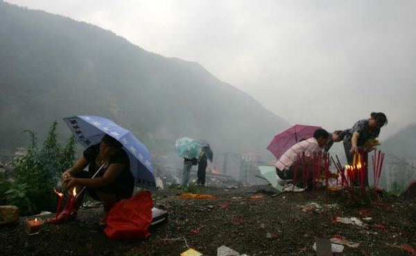 Многочисленные родственники погибших от землетрясения в провинции Сычуань, ровно через 100 дней после трагедии направились в пострадавшие районы почтить память погибших. Фото: China Photos/Getty Images
