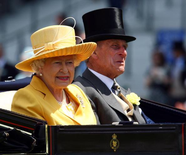 Королева Британии Елизавета Вторая (Queen Elizabeth II) и принц Филип (Prince Philip) на скачках Royal Ascot ./Getty Images