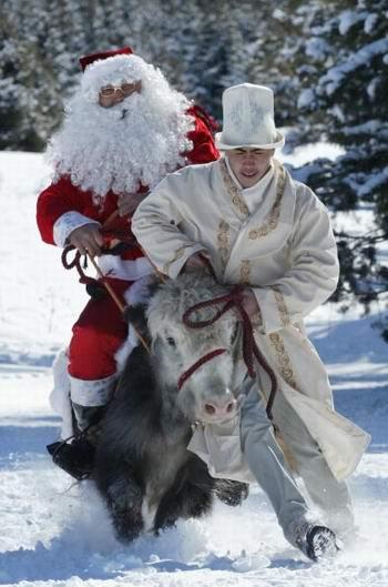 Международный фестиваль Деда Мороза прошёл в воскресенье В 400 км. от столицы Киргизии города Бишкек. Фото: Vyacheslav Oseledko/AFP/Getty Images