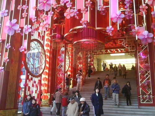 Супермаркет в Гонконге с новогодними украшениями для привлечения покупателей. Фото: Центральное агентство новостей