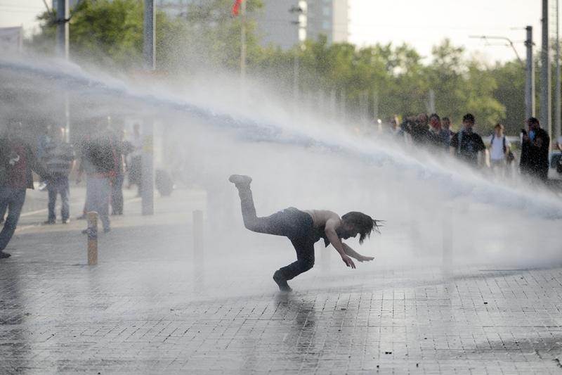 Стамбул, Турция, 31 мая. Полиция разгоняет водомётами демонстрантов, протестующих против уничтожения последнего общественного парка в центре города. Фото: STRINGER/AFP/Getty Images