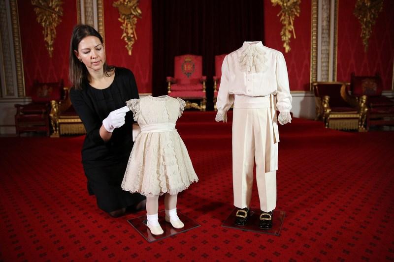 Лондон, Англія, 24січня. До 60-річчя коронації Єлизавети II в Букінгемському палаці організовується пам'ятна виставка. На фото — дитячі костюми принцеси Анни (2роки) і принца Чарльза (4роки). Фото: Peter Macdiarmid/Getty Images