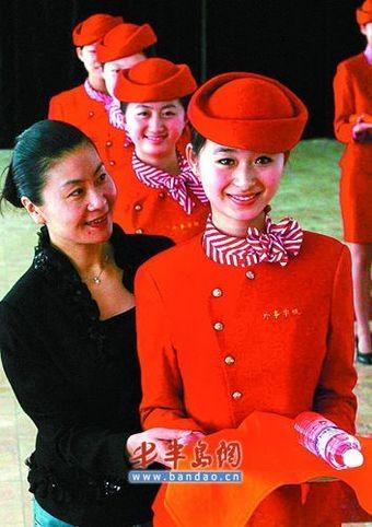 Нелёгкая тренировка девушек из обслуживающего персонала Олимпиады. Фото с aboluowang.com