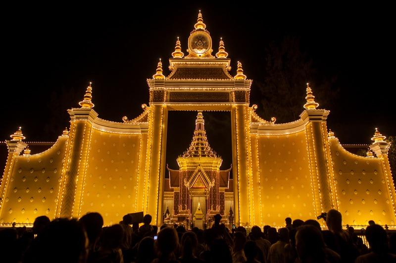 Пномпень, Камбоджа, 31 січня. Жителі країни збираються навколо спеціально спорудженого крематорію, де буде піддано кремації тіло колишнього короля Нородома Сіанука. Фото: Chris McGrath/Getty Images