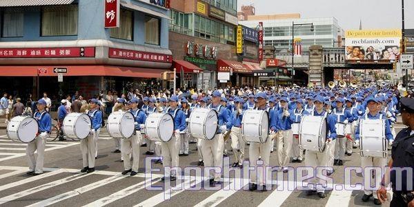 14 июня, Нью-Йорк. Шествие последователей Фалуньгун. Колонна «Небесного оркестра». Фото: The Epoch Times