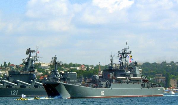 Бронетранспортеры десантируются из трюма корабля ЧФ РФ. Фото: Алла Лавриненко/The Epoch Times Украина