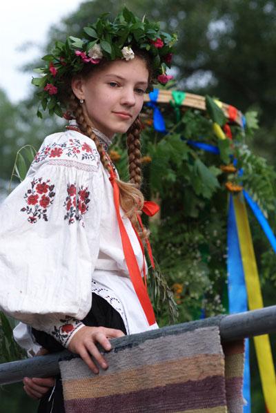 Девушка в украинской одежде на празнике Купала. Фото: Владимир Бородин/The Epoch Times