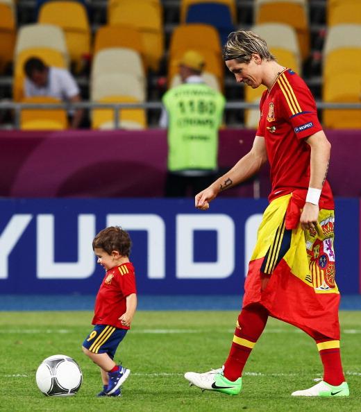 Фернандо Торрес з Іспанії разом з сином після перемоги трофея Євро-2012, 1 липня Україну. Фото: Alex Grimm/Getty Images