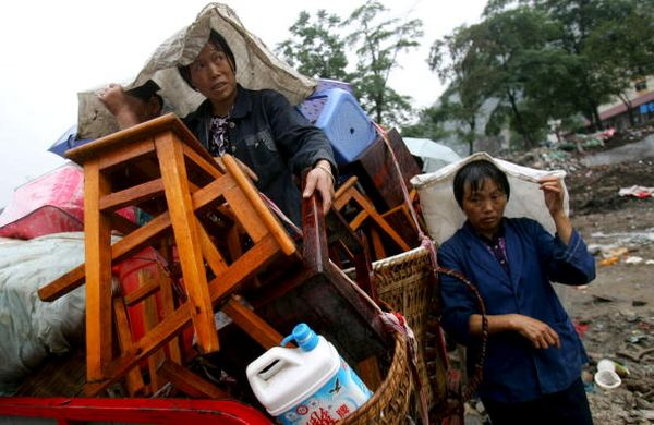 Фото: Жители г.Бэйчуань провинции Сычуань возвращаются домой. Фото: China Photos/Getty Images