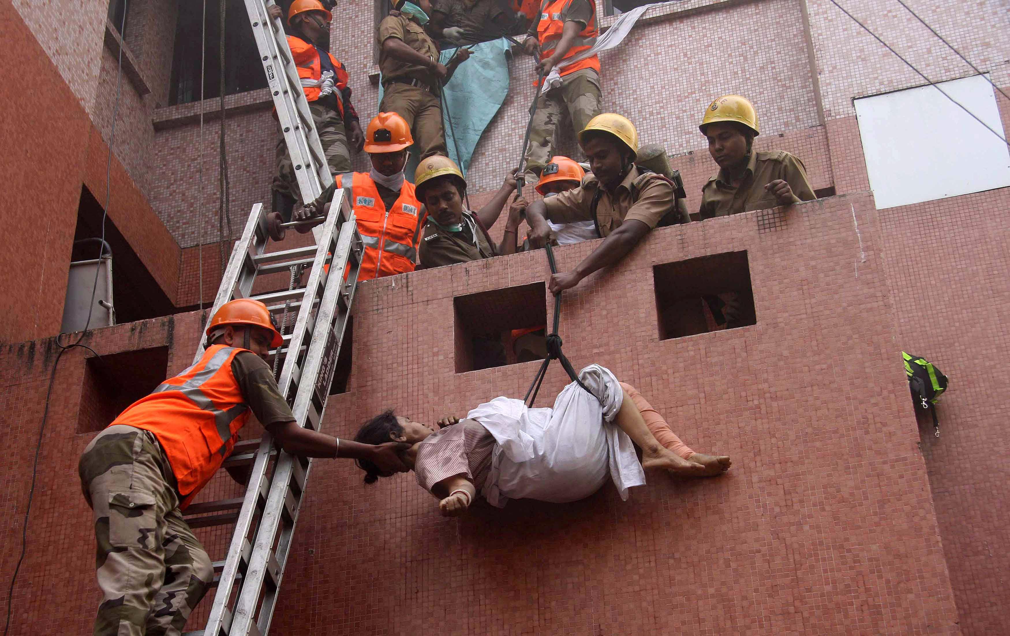 Багато хто з них задихнувся від диму. На момент пожежі в клініці перебувало 160 пацієнтів. Індійська влада чекає, що кількість жертв може зрости. Фото: STRDEL/AFP/Getty Images
