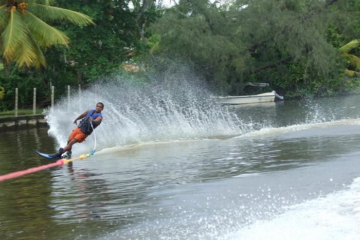 Катання на водних лижах. Фото: Sri Lankan Boy/Flickr