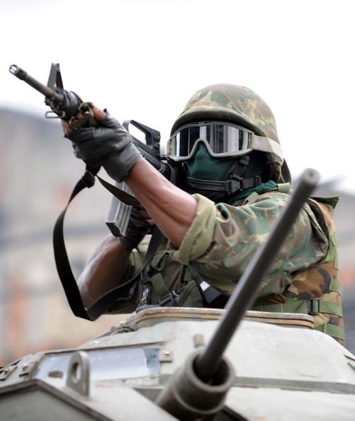 Полиция разгоняет наркоторговцев в Рио-де-Жанейро.Фото:EVARISTO SA/Getty Images