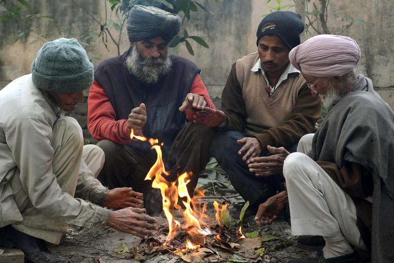 Амритсар, Индия, 3 января. Рабочие согреваются у костра. Страна переживает самое холодное время с 1944 года — температура в некоторых регионах опустилась до 3 °С. Фото: NARINDER NANU/AFP/Getty Images