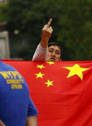 Найняті китайською компартією китайці в Нью-Йорку здійснюють нападки на заходи послідовників Фалуньгун. Фото: The Epoch Times