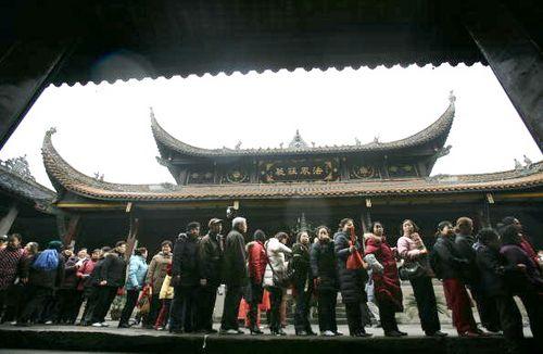 Люди выстраиваются в длинные очереди, чтобы поесть праздничной каши «лаба». Фото: China Photos/Getty Images