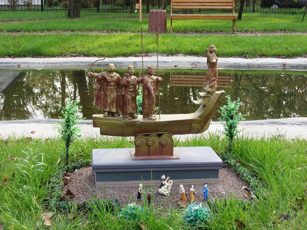 Памятник Кию, Щеку, Хориву и Лыбеди. Парк «Киев в миниатюре». Фото: afisha-kyiv.blogspot.com