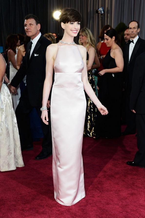 Акторка Енн Хетеуей у прямій сукні від Prada. Фото: Frazer Harrison/Getty Images