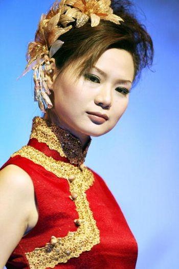 Модель на показе во время Недели моды. Пекин, 5 мая 2004 г. Фото: AFP/Getty Images