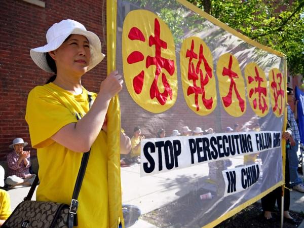 Вшанування пам'яті загиблих в ході репресій послідовників Фалунь Дафа. Чикаго, 2013 рік. Фото: Велика Епоха