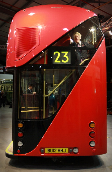 В Лондоне запустят двойник знаменитого автобуса «Рутмастер». Церемонию представления автобуса публике открыл мэр Лондона Борис Джонсон. Фото: Peter Macdiarmid/Getty Images