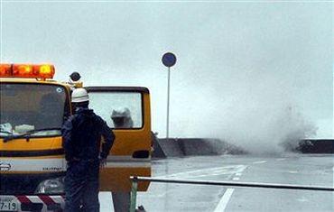 Токіо накрив проливний дощ з сильними поривами вітру. Паралізовано метро, автомагістралі й дороги. 21 вересня 2011 г., мис Сіоно, Вакаяма, Японія. Фото: Getty Images